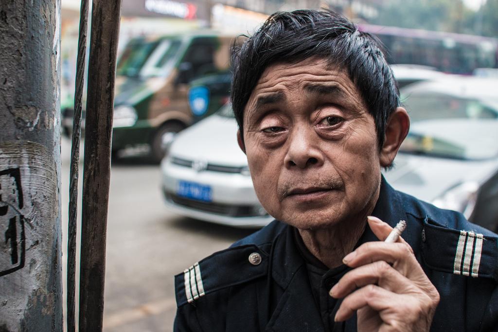 Un chinois en train de fumer